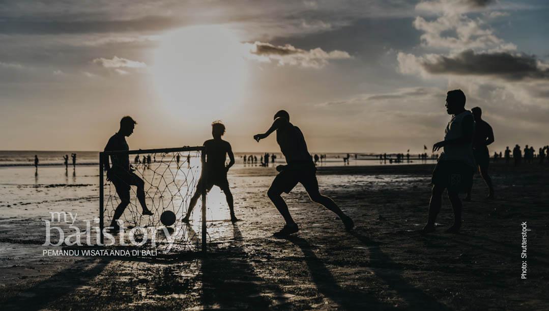 melihat sunset di Pantai Double Six