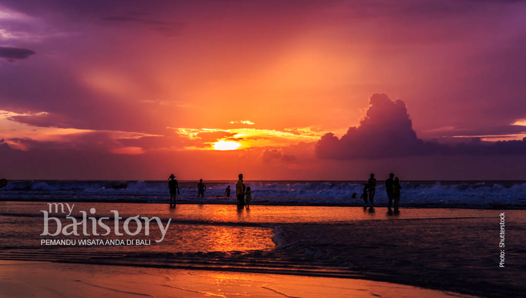 melihat sunset di Pantai Kuta Bali